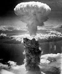 Los bombardeos atómicos sobre Hiroshima y Nagasaki fueronataques nucleares ordenados por Harry S. Truman, presidente de los Estados Unidos, contra el Imperio del Japón. Los ataques se efectuaron el 6 y el 9 de agosto de 1945 respectivamente, lo que forzó la rendición de Japón y el fin de la Segunda Guerra Mundial.. 105 000 y 120 000 personas murieron y 130 000 resultaron heridas.345 Hasta la fecha, estos bombardeos constituyen los únicos ataques nucleares de la historia