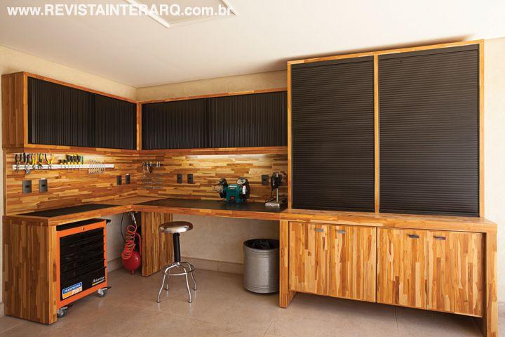 Para o morador criar e consertar peças, os profissionais desenharam uma oficina sob medida, onde cada ferramenta tem o seu lugar, com móveis em madeira Teca e portas de enrolar.
