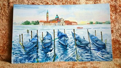 Купить или заказать Гондолы Венеции в интернет-магазине на Ярмарке Мастеров. Венеция очень романтичный город и там всегда очень красиво. Великолепные гондолы плещутся на волнах, создавая непередаваемое ощущение и красоту в городе. Отражение в воде напоминает о зеркальности этого чудесного города на воде. Вдалеке видна главная достопримечательность города и главная его площадь. Еще чуть чуть и можно снова оказаться там.