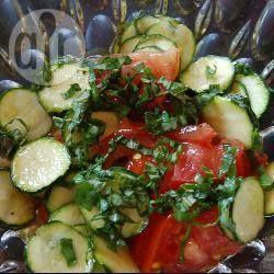 Rezeptbild: Roher Zucchinisalat mit Tomaten und Basilikum