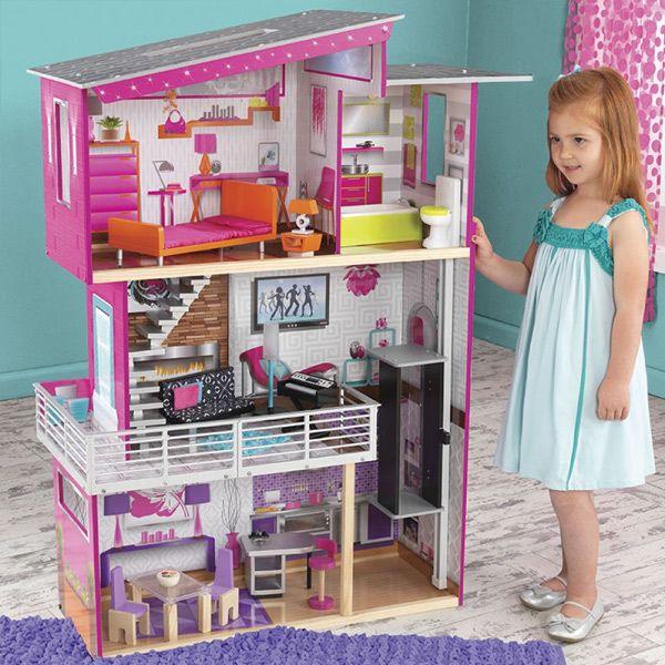 La casa de muñecas luxury de Kidkraft tiene un diseño moderno y sofisticado así como un montón de detalles para decorar y amueblar la casa que te van a encantar: La lámpara se ilumina pulsando un botón, el inodoro emite sonido, el teclado reproduce música divertida y además..¡tiene ascensor!