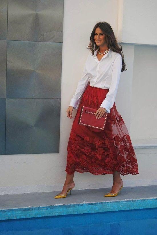 Falda roja, zapatos ¿amarillos?
