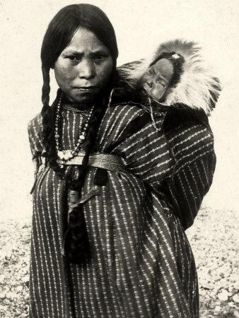 Una mujer de una tribu de indios norteamericanos con un bebé en reposo en una cesta en la espalda Lámina Fotográfica