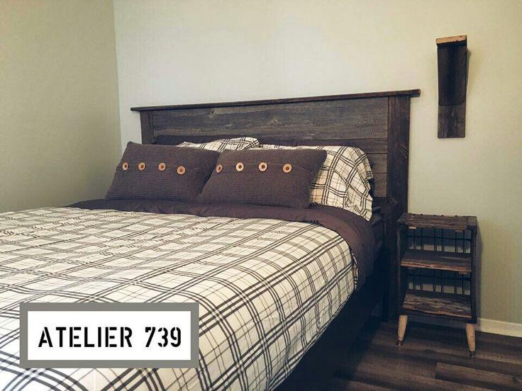 Tête de lit en bois de grange et table de chevet