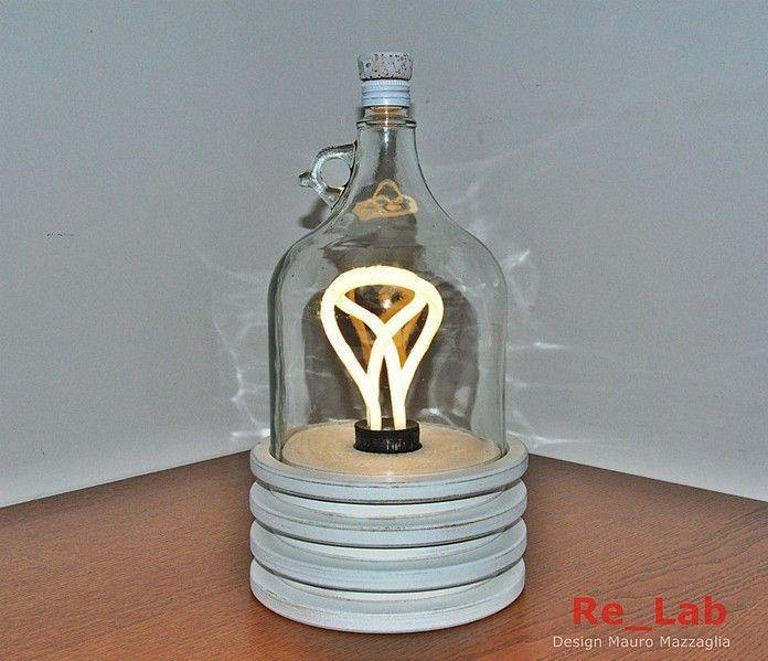 Lampada realizzata con scarti di lavorazione di legno e un damigiana di vetro