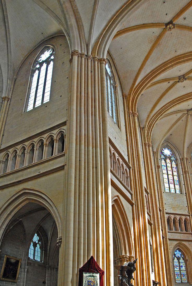 Dienstbündel welche über mehrere Stockwerke gehen und sich in die Decke auffächern. Kathedrale von Dijon, Frankreich