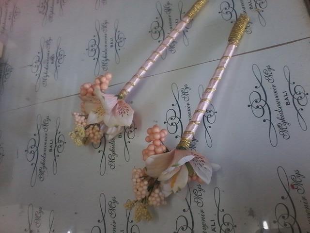 Berry foam and Alstromenia wedding pen