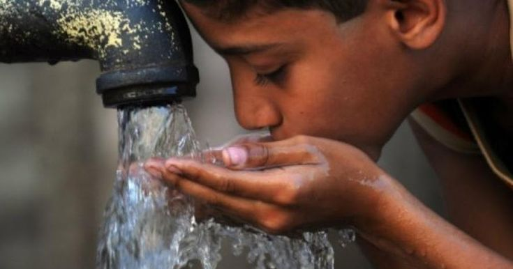 No hay más agua limpia. El agua que recibe en su hogar ha sido reciclada muy frecuentemente. Nuestros suministros principales provienen de las aguas superficiales o subterráneas, pero están contaminadas antes de que lleguen a la planta de tratamiento