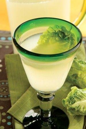 Agua de lechuga con cítricos, una bebida refrescante y relajante.