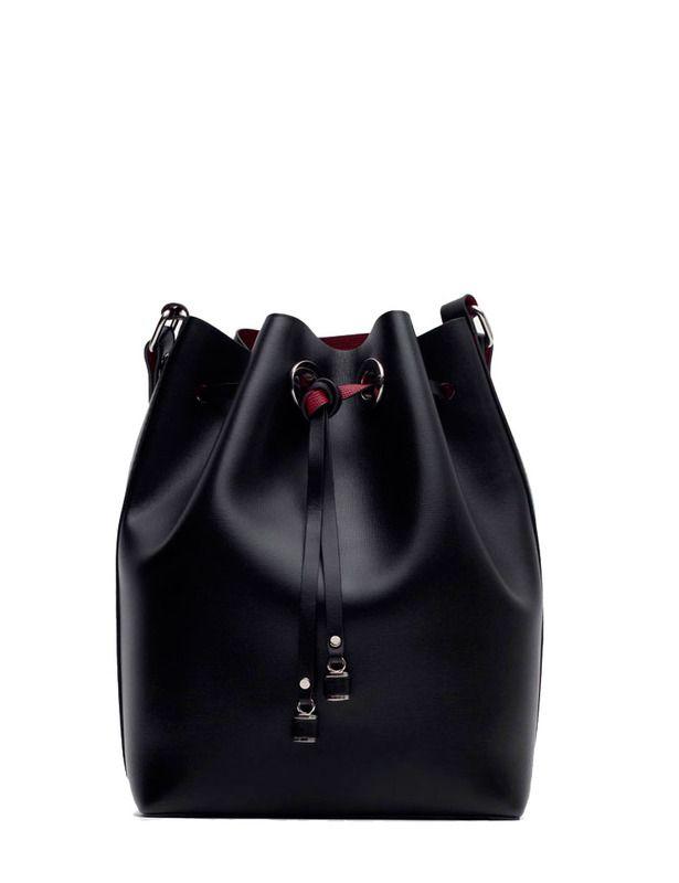 Bolso estilo bombonera con el forro en color rojo de Zara, 9,99 € (antes 29,95 €).