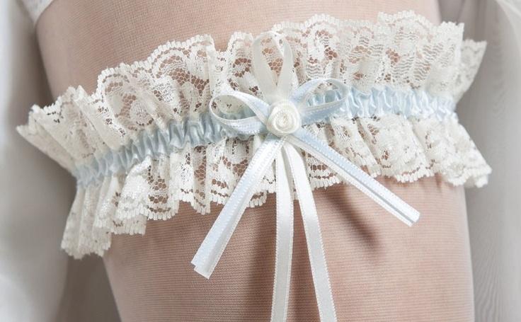 SB-1 Kousenband Something blue wie wordt de volgende bruid? (o.a. verkrijgbaar bij hunkemuller in zakje voor €5,95) met kaartje met boodschap voor de vangster. ;)