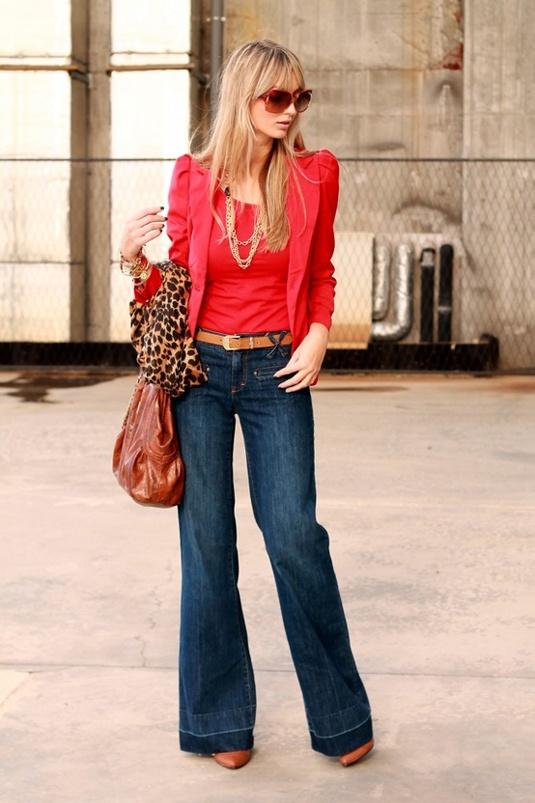 Blazer vermelho + blusa vermelha + jeans flare + sapato marrom + colar dourado + lenço onça