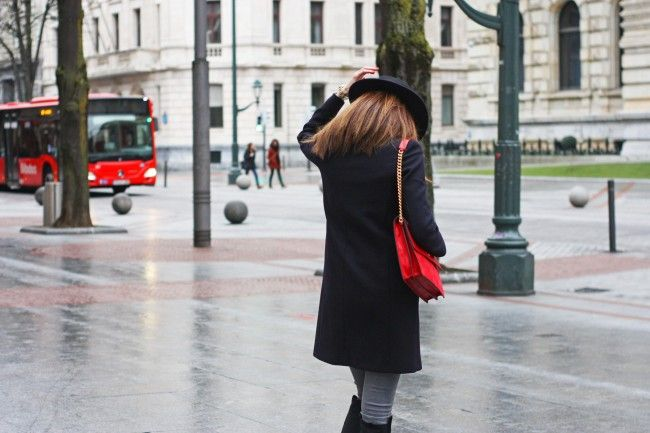Look con abrigo azul, pitillos grises y bolso rojo cereza por The Highville.  Blue coat outfit, grey skinny jeans and red bag outfit by The Highville  https://thehighville.com/blog/bolso-rojo-cereza/