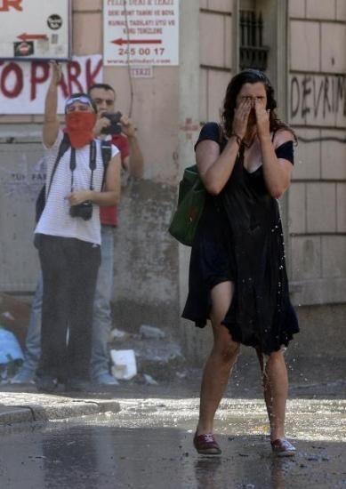 Taksim'de tazyikli suya karşı kıpırdamadan durdu