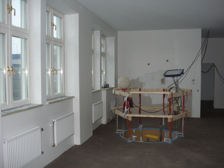 8 december: Väggar och tak är målade och radiatorer på plats. I fredags flytspacklades golvet