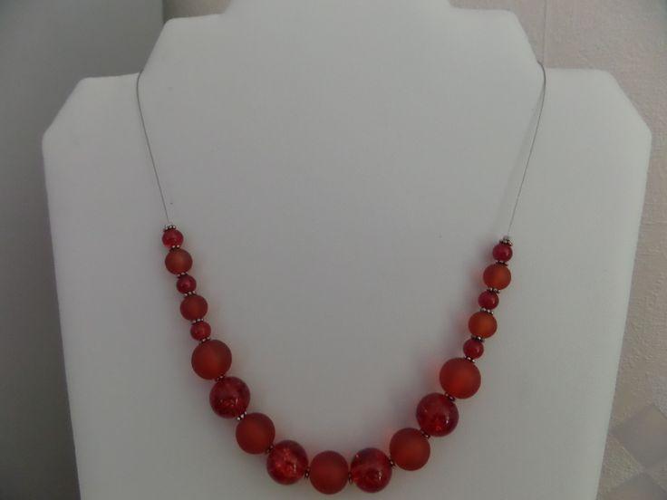 Collier Rouge, perles rondes en verre craquelé et givré, Rondelles ciselées en métal argenté, Fil câblé . : Collier par univers-des-perles-brigitte