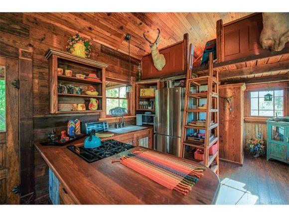"""utrolig mnge gode ideer. Bad bak kjøkken, halve bredden av traileren. reten åpen garderobe. Hems over. Kjøkken er 2/3 av trailers bredde, fra siden badet starter på. Fullt kjøkken. Kan spise ved benken på kjøkkenet. Hems på andre siden, delvis over stuen. Man går inn bakerst, ikke forran på hemsen, opp en trapp/stige inn en """"luke"""". Bare sykt bra planløsning inklusive vinduer egentlig."""