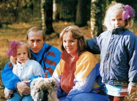 Lehtitietojen perusteella Vladimir Putinin tyttäret Maria ja Jekaterina ovat saaneet hyvän kasvatuksen ja koulutuksen. Heillä on ollut myös naimaonnea.