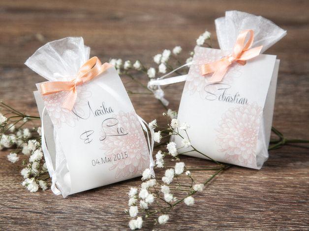 Die Hochzeitsmandel hat eine lange Tradition als Gastgeschenk. 5 große, schneeweiße Mandel (2,5x1,6cm groß) werden in einem weißen Organzasäckchen (7x9cm) und abschließend mit einem bedruckten...