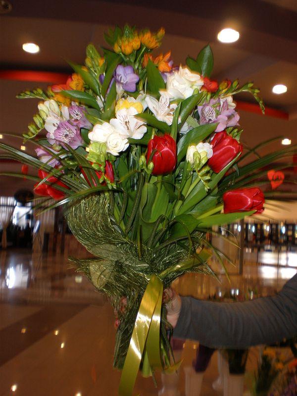 Buchet cu flori de primavara: frezii, lalele pe care il poti comanda prin Floraria din Vaslui Orhideea!