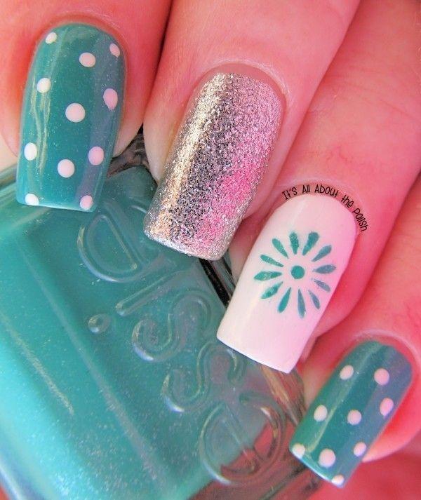 diseño de uñas blanco y azul