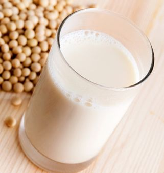 La leche de soya casera es una alternativa a la leche tradicional, además es nutritiva y fácil de hacer.