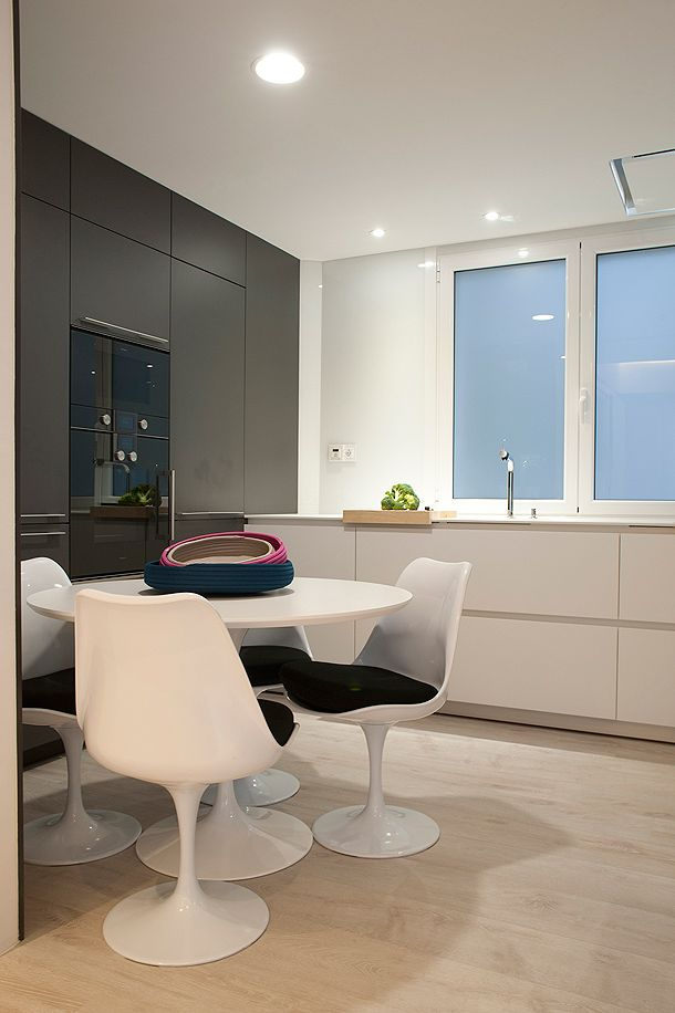 SANTOS kitchen | Diseño de cocina Santos modelo Line-E en Blanco seff y Ariane 2 en color Gris antracita. Mesa Tulip de Eero Saarinen