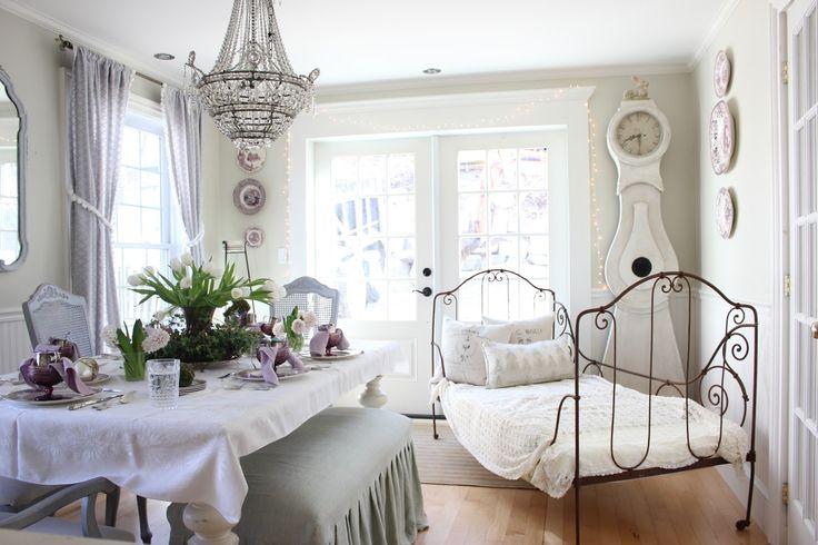 Oggi siamo a Boston a casa di Amy, una splendida casa arredata da lei stessa, interior designer e decoratrice, in un mix di stili, di cu...