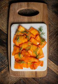 Genom att baka morötter (använd gärna stora morötter) och lägga in dem i sötsur lag med dill får man smaken av gravlax.