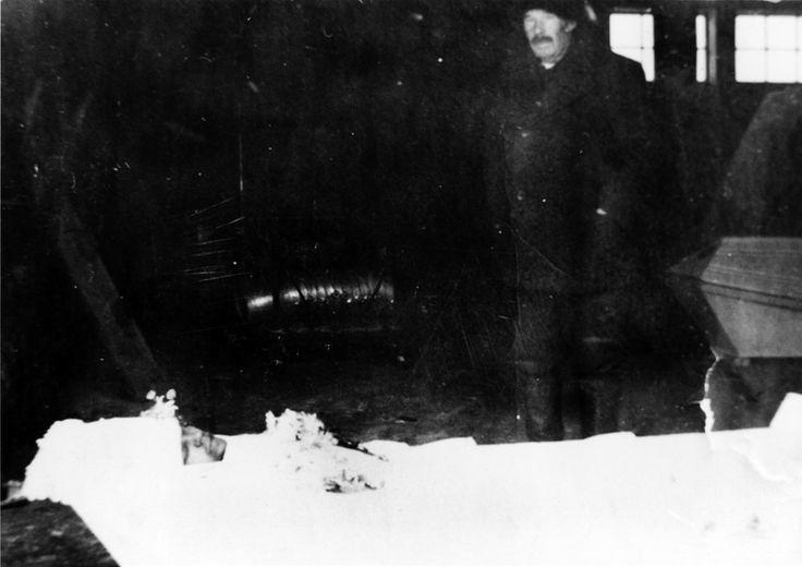 Min farfar ser på sin döde son i kistan, 1941. - -  http://atimonen.wordpress.com/category/sotakertomus-2-1941/