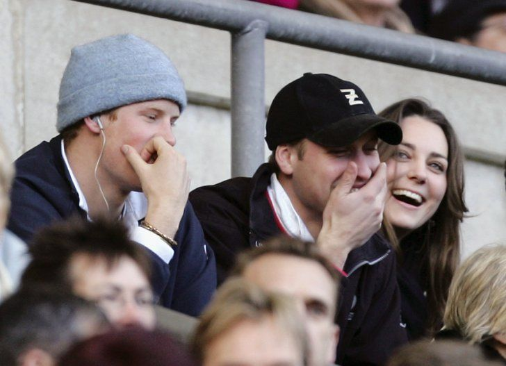 Pin for Later: Toutes les Fois Où Kate Middleton et le Prince Harry N'ont Pas Pu S'empêcher de Se Faire Rire  En Février 2007. Kate and Prince William laughed alongside Prince Harry during the RBS Six Nations Championship match in London in February 2007.