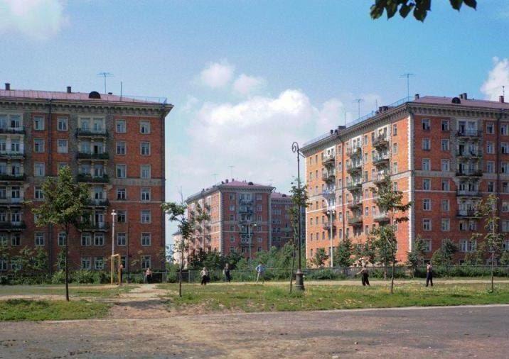"""Красные дома"""" на улице Строителей    Архитекторы: Д. И. Бурдин, М. В. Лисициан, Г. Мильчук"""