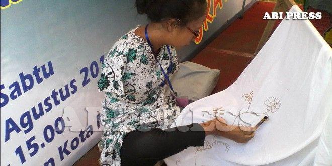 Belajar Kreatif dan Mandiri dari Trimah, Si Pelukis Batik Samparan