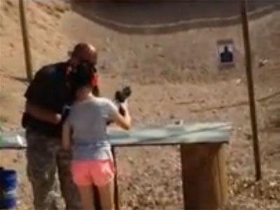 """""""ALL RIGHT???"""" Una niña de nueve años mata a tiros a su instructor en Arizona El profesor, de 39 años, le enseñaba a usar un subfusil UZI en un campo de tiro al aire libre situado a las afueras de la localidad de White Hills."""