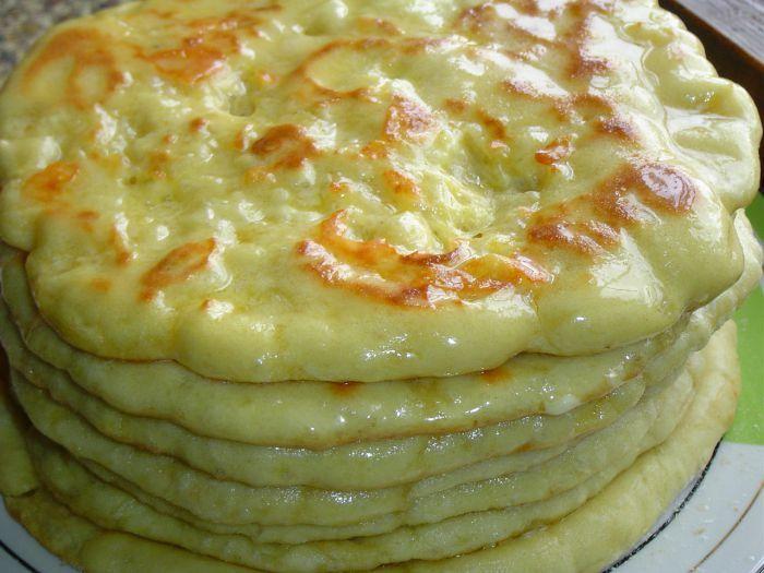 Děláte lokše z kyselého mléka? Já je miluji, celé pomaštěné máslem. Tento recept je vylepšen o sýr, kterým lokše naplníte.