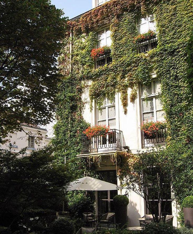 """188 mentions J'aime, 4 commentaires - Pavillon de la Reine & Spa (@pavillon_de_la_reine) sur Instagram: """"Summer at Pavillon de la Reine by @ursulamarierose 💚💚💚 - #paris03 #lemarais #hotels #hotel…"""""""