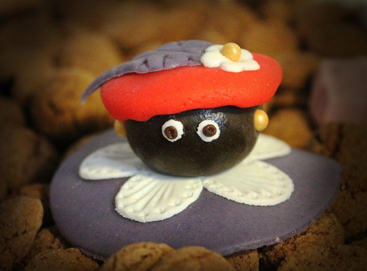 Vrolijke Zwarte Piet van marsepein maken als cupcake decoratie.