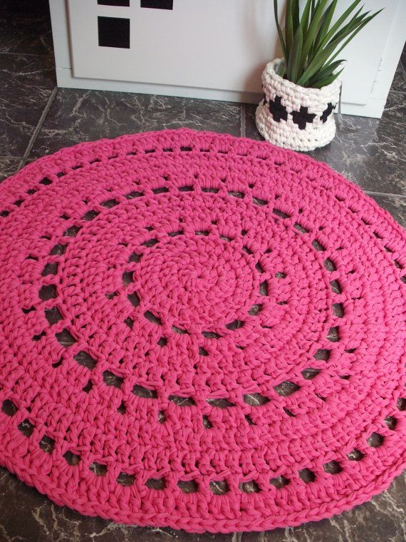pink knitted rugs | Tapete redondo - croché em trapilho