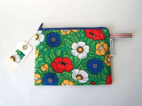レトロな花柄が可愛い、長方形ぺたんこポーチです。フィンランドのテキスタイルメーカーTampellaのヴィンテージ生地を使用しています。パスポートやメイク用品を... ハンドメイド、手作り、手仕事品の通販・販売・購入ならCreema。