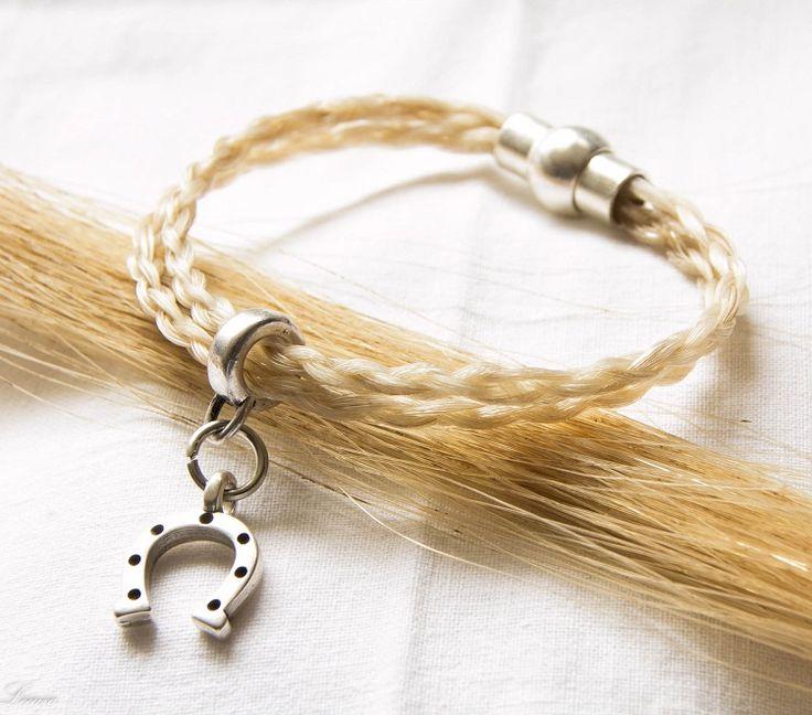 armband, gemaakt van een blonde paardenstaart. Ook het bedeltje kan persoonlijk uitgezocht worden.