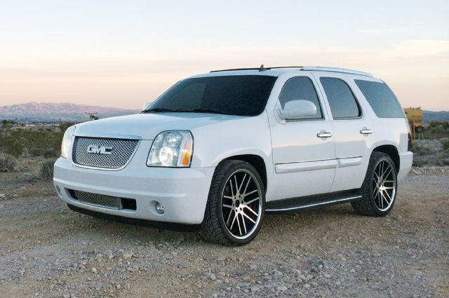 2007 GMC Yukon Denali Front Three Quarter