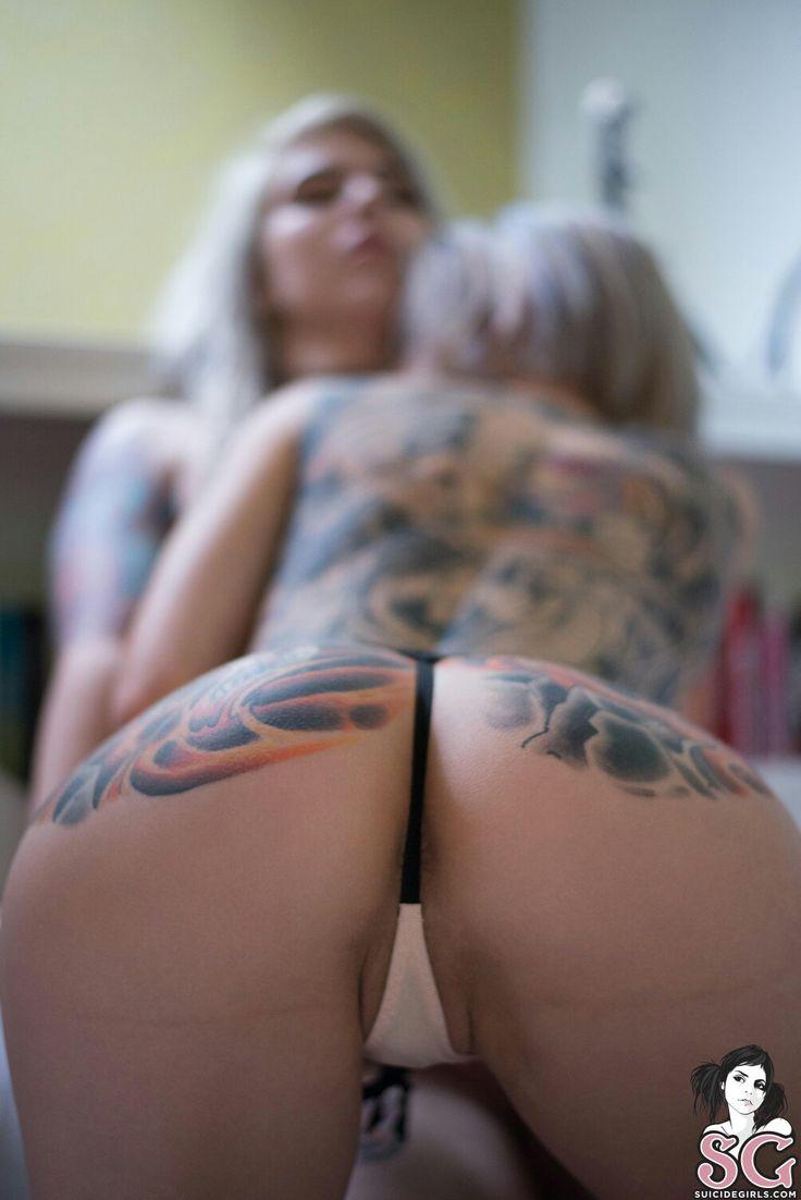 Mollige Mädchen mit Tattoos