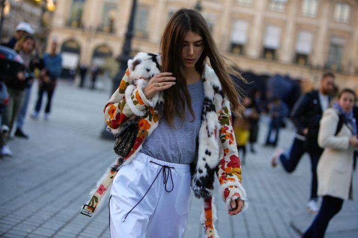 Veder correre it girl, addette ai lavori e fashion influencer da una sfilata all'altra è come assistere a una passerella all'aperto. C'è chi sfoggia look