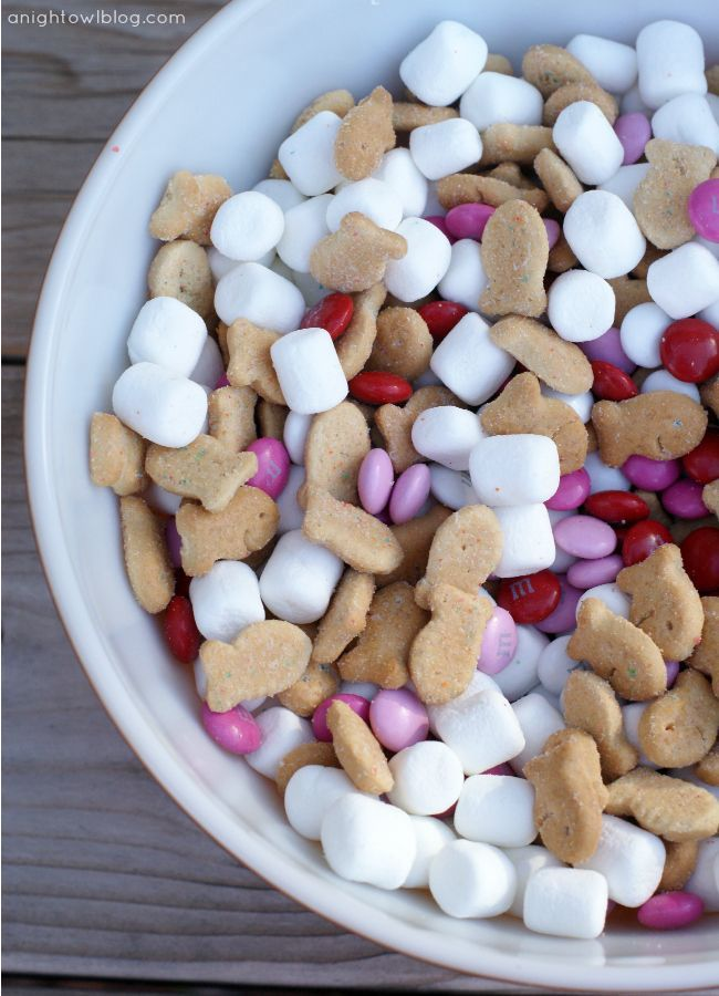 Valentines S'mores Snack Mix = Valentines MMs   Marshmallows   Goldfish Grahams! Cute and easy!