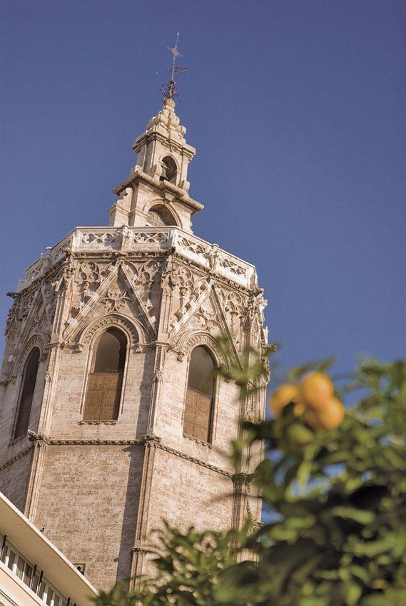La Torre del Miguelete es el campanario de la Catedral de Valencia. Se conoce como El Miguelete o Torre del Micalet en valenciano. El Miguelete es una torre de estilo gótico levantino,3 tiene 51 metros de altura hasta la terraza, los mismos que mide su perímetro, y 63 metros en total. Tiene forma de prisma octogonal y ortogonal y posee 207 escalones.