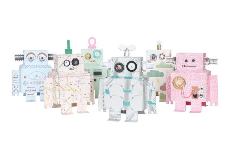 Bliep bliep, het leger van Robots komt tot leven! Wie gek is op robots kan zich helemaal uitleven met dit doe het zelf pakket.  In de verpakking zitten 6 vellen (robots) en een vel vol met accessoires. Inclusief werkomschrijving.       Verkrijgbaar bij: dekleinegeneratie.nl