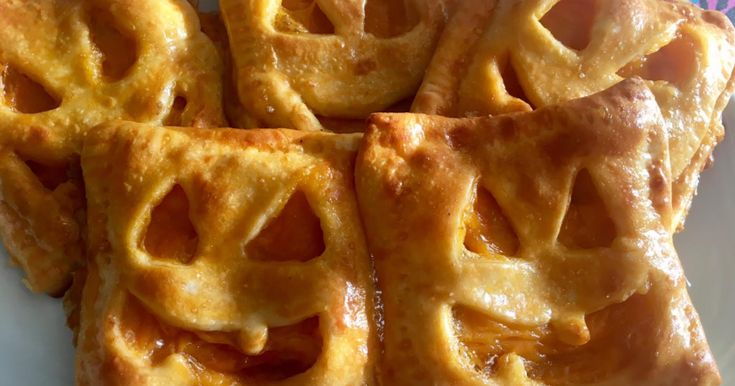 Fabulosa receta para Mini pizzas cerradas de Halloween. Como siempre estamos más acostumbrados a ver recetas dulces de Halloween (que también ando preparando jeje) Esta vez he hecho estas mini pizzas con formas de calabaza de Halloween. Son una buena idea si vas a hacer una merienda con los niños!