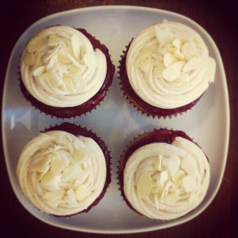 Almond-raspberry cupcakes. Vegan.