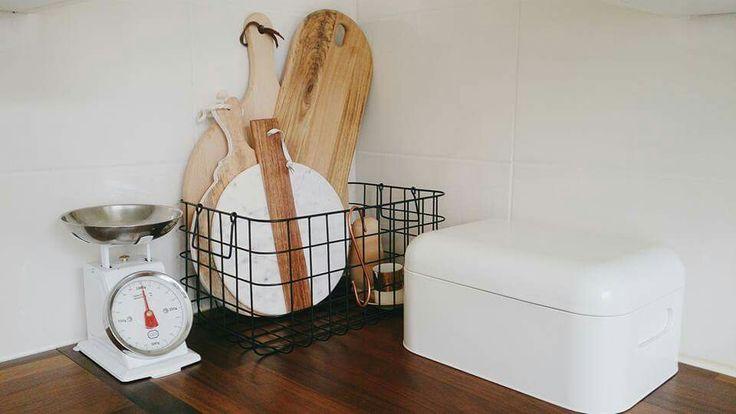 Mooie houten planken in een draadmand