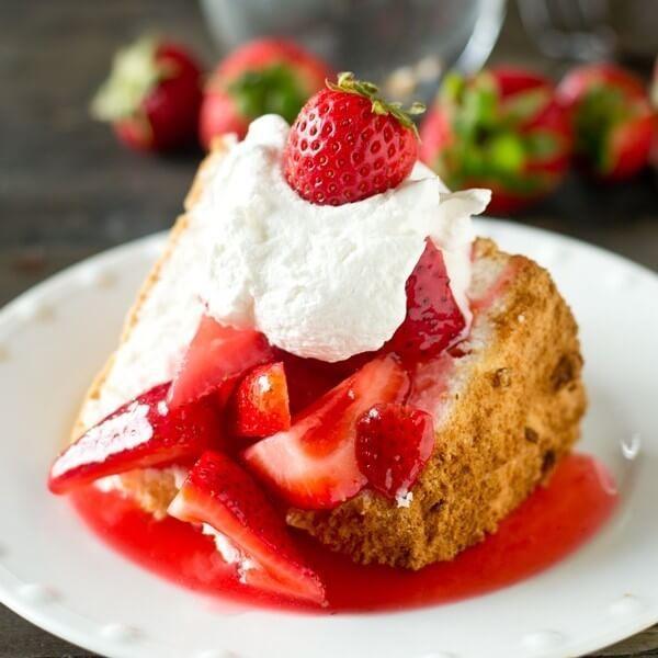 Dieser glutenfreie Angel Food Cake ist einfach mit einer Mischung aus glutenfreiem …
